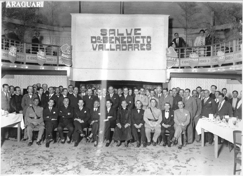 Juscelino Kubitsheck (primeira fila, 2° da esq.), Israel Pinheiro (4°), Benedito Valadares (6°) e Mario Matos (11°), entre outros, durante visita a Araguari (MG). Julho de 1934. FGV/CPDOC. Arq. Benedito Valadares.