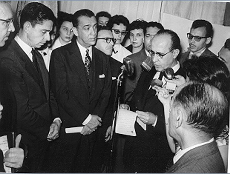 Juscelino Kubitsheck (3° da esq.), Roland Corbisier (2°) e Clóvis Salgado (5°) durante a inauguração da sede do Instituto Superior de Estudos Brasileiros. Rio de Janeiro, 9 de agosto de 1957. Agência O Globo.