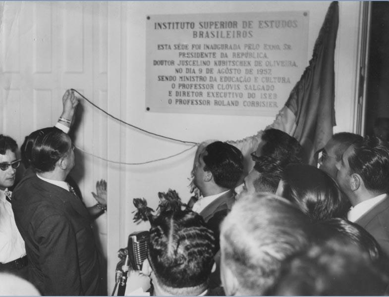 Juscelino Kubitsheck inaugura a sede do Instituto Superior de Estudos Brasileiros. Rio de Janeiro, 9 de agosto de 1957. Arquivo Público do Estado de São Paulo/Última Hora.