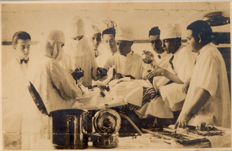 Juscelino Kubitsheck (2° da dir.), como anestesista, em cirurgia realizada pelo Dr. Júlio Soares. Minas Gerais, julho de 1929. Biblioteca José Mindlin, Arq. Francisco de Assis Barbosa.