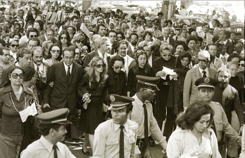 Familiares e populares acompanham o corpo de Juscelino Kubitsheck em cortejo até o Aeroporto Santos Dumont. Rio de Janeiro, 23 agosto de 1976. Agência JB. Foto Camilo Calazans.