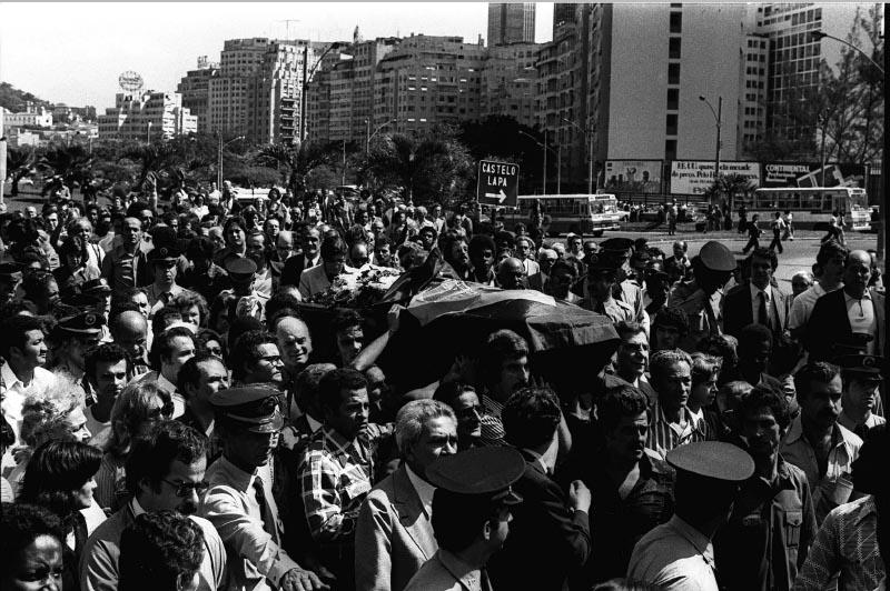 Multidão acompanha o corpo de Juscelino Kubitsheck em cortejo do Aterro do Flamengo ao Aeroporto Santos Dumont. Rio de Janeiro, 23 de agosto de 1976. Agência O Globo. Foto M. Soares.