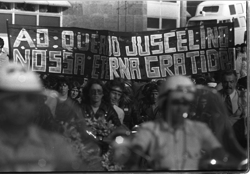 Cortejo por ocasião do sepultamento de Juscelino Kubitsheck. Brasília, 23 de agosto de 1976. Agência O Globo. Foto Marinho.