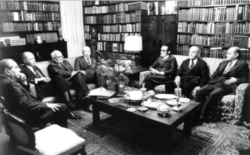 Ernani do Amaral Peixoto (1° da esq.), Nélson Carneiro (2°), Barbosa Lima Sobrinho (3°), Ulisses Guimarães (4°), Tales Ramalho (6°) e Tancredo Neves (7°) em reunião do MDB. S.I., s.d. Agência O Globo.