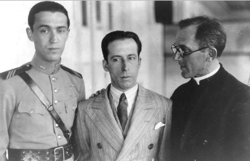 O capitão Juscelino Kubitsheck, médico da Polícia Militar de Minas Gerais, com José Maria Alkmin e um padre. Minas Gerais, 1927 ou 1930? Arquivo Nacional.