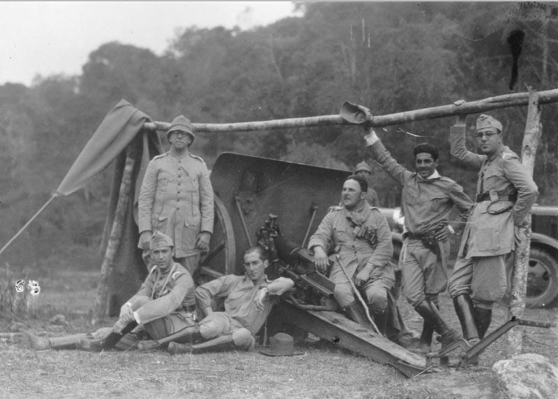 O capitão-médico Juscelino Kubitsheck (sentado, à esq.) e outros oficiais da Força Pública mineira durante a Revolução Constitucionalista. Passa Quatro (MG), 1932. FGV/CPDOC. Arq. Gustavo Capanema.