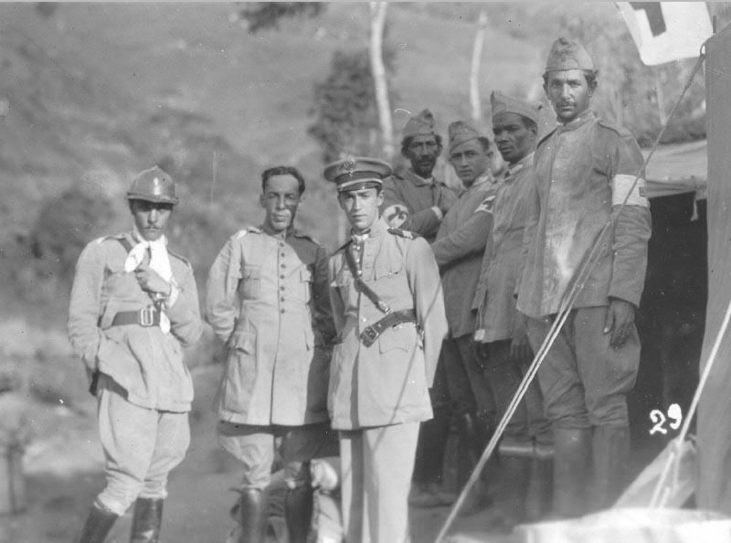 O capitão-médico Juscelino Kubitsheck (ao centro) e outros integrantes das tropas da Foça Pública mineira durante a Revolução Constitucionalista. Passa Quatro(MG), 1932. FGV/CPDOC. Arq. Gustavo Capanema.