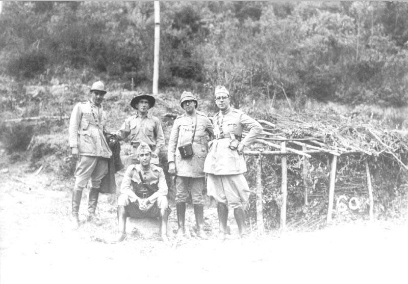 O capitão-médico Juscelino Kubitsheck(sentado) e outros oficiais médicos durante a Revolução Constitucionalista. S.I., 1932. FGV/CPDOC. Doação Yasuhiko Nakamura.