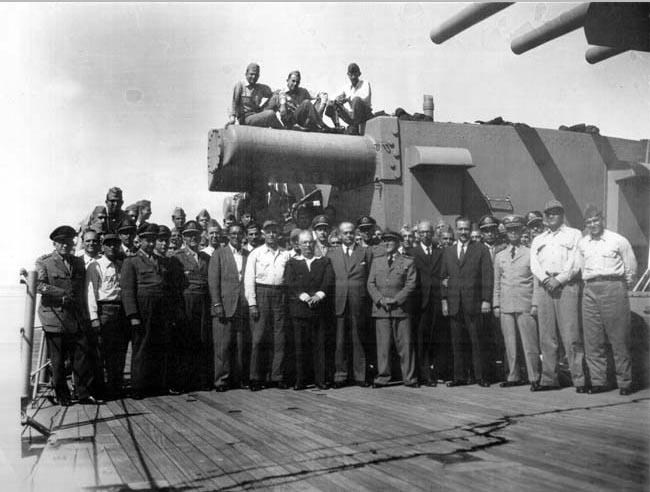Integrantes do Movimento 11 de Novembro a bordo do Tamandaré. A partir da esq., na 1° fila, Jurandir de Bizarria Mamede (1°), Carlos Lacerda (5°), Sylvio Heck (6°), Otávio Marcondes Ferraz (7°). Rio de Janeiro, 11 de novembro de 1955. FGV/CPDOC, Arq. Otávio Marcondes Ferraz.