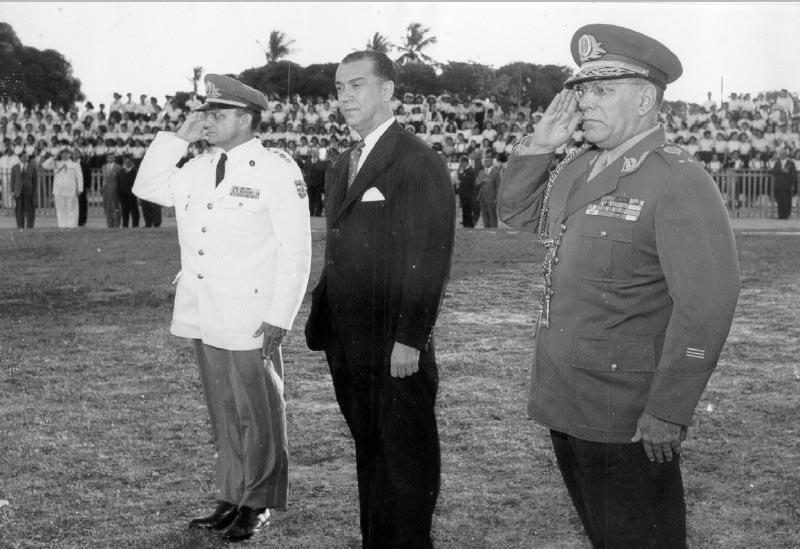 Nélson de Mello (1° da dir.), Juscelino Kubitsheck (2°) e Luiz Abner de Sousa Moreira (3°). Fortaleza, 1956. FGV/CPDOC, Arq. Nélson de Mello.