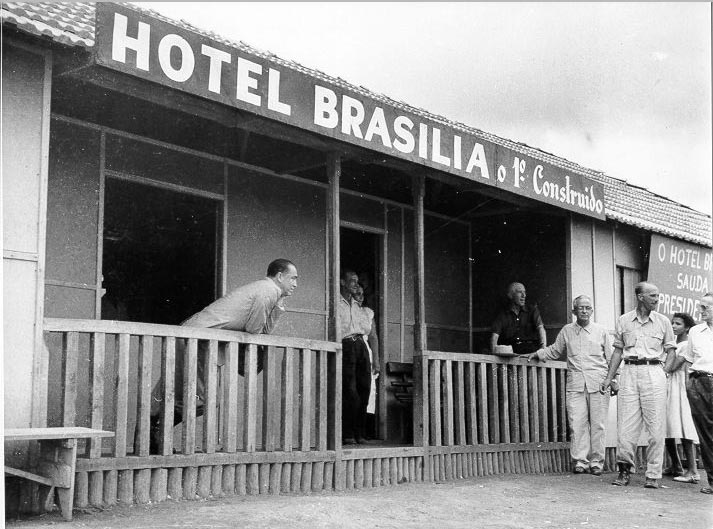 Juscelino Kubitsheck, entre outros, no Hotel Brasília. 8 de dezembro de 1956. Arquivo Nacional.