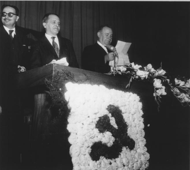 Luís Carlos Prestes (2° da esq.), entre outros, durante encontro dos comunistas do estado da Guanabara. Rio de Janeiro, agosto de 1960. Agência O Globo.