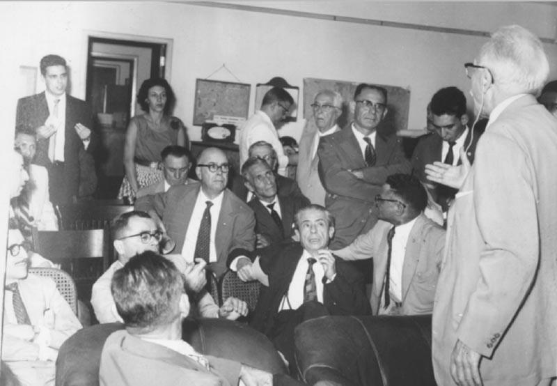 O líder do Partido Libertador, Raul Pilla (no canto dir.), entre outros. S.I., julho de 1959. Agência O Globo.