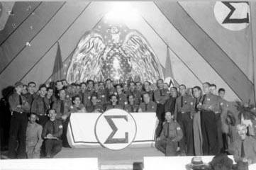 Plínio Salgado (ao centro, sentado) na sessão solene do encerramento do I Congresso Integralista de Blumenau, entre 7 e 8 de outubro de 1935. FGV/CPDOC, Arq. Oswaldo Aranha.