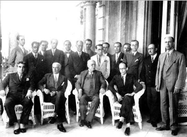 Olegário Maciel (3° da esq., sentado) e Gustavo Capanema (4°) em reunião da comissão executiva do Partido Progressista de Minas Gerais no palácio da Liberdade. Belo Horizonte, entre janeiro e junho de 1933. FGV/CPDOC, Arq. Gustavo Capanema.