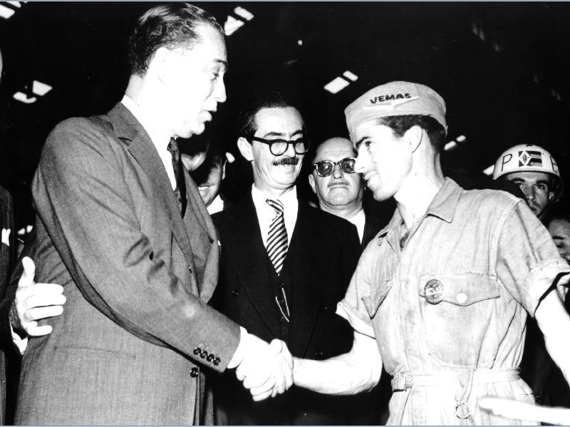 Juscelino Kubitsheck e Jânio Quadros, entre outros, em visita à Fábrica Vemag. São Paulo, 1956. Arquivo Nacional.