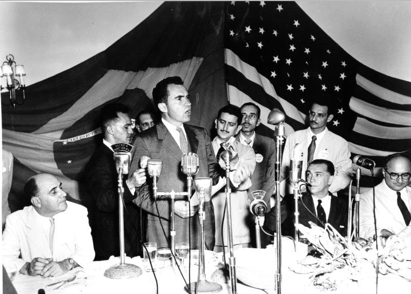 Richard Nixon discursa na presença de Juscelino Kubitsheck, entre outros. Volta Redonda, 1956. Arquivo Nacional.