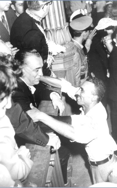 Juscelino Kubitsheck é cumprimentado por populares no dia de sua posse na presidência da República. Rio de Janeiro, 31 de janeiro de 1956. Arquivo Nacional.