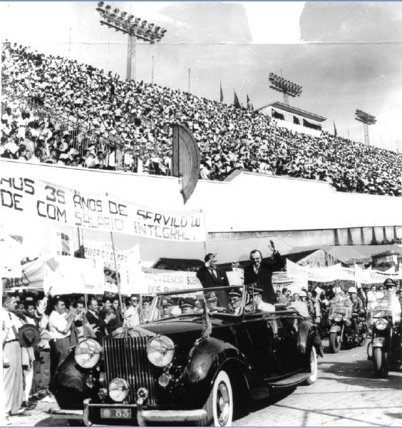 Juscelino Kubitsheck e Parsifal Barroso durante as comemorações do Dia do Trabalho em São Januário, estádio pertencente ao clube do Vasco da Gama. Rio de Janeiro, 3 de maio de 1956. Arquivo Nacional.