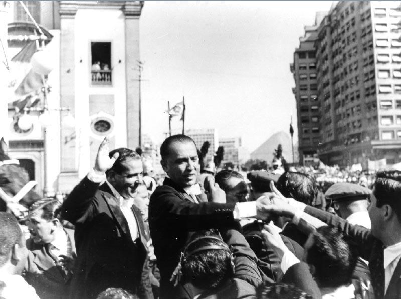 Juscelino Kubitsheck e João Goulart são aclamados no dia da posse na presidência e vice-presidência da República. Rio de Janeiro, 31 de janeiro de 1956. Arquivo Nacional.