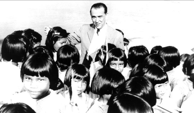 Juscelino Kubitsheck na tribo dos tucanos, durante inauguração de escola de meninas. Taracuá (AM), 3 de outubro de 1958. Arquivo Nacional.