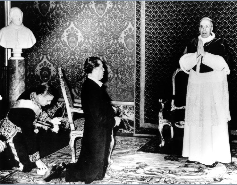 O presidente eleito Juscelino Kubitsheck é recebido pelo papa Pio XII. Vaticano, 20 de janeiro de 1956. Arquivo Nacional.