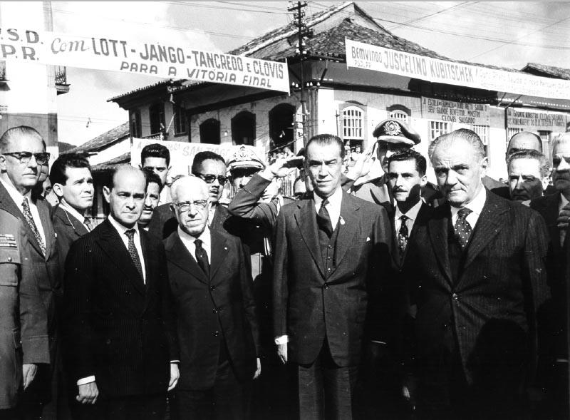 Juscelino Kubitsheck, Bias Fortes e Tancredo Neves, entre outros, durante a campanha deste para o governo de Minas Gerais. Ouro Preto (MG), 1960. FGV/CPDOC. Arq. Tancredo Neves.