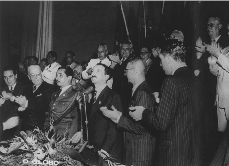 Plínio Salgado (ao centro), entre outros, durante a segunda convenção do PRP. Rio de Janeiro, 27 de outubro de 1946. Agência O Globo.