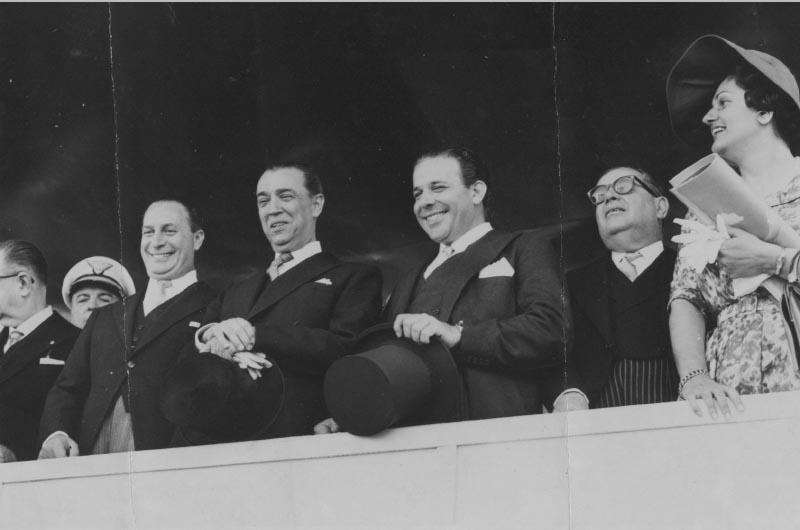 Juscelino Kubitsheck tendo à sua direita Ranieri Mazzilli e à esquerda João Goulart. Brasília, 7 de setembro de 1960. Arquivo Público do Estado de São Paulo/Última Hora.