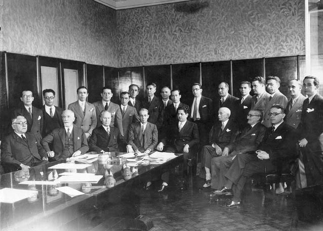 Benedito Valadares (5°sentado, da esq.) e Ribeiro Junqueira (3°) entre outros membros da bancada mineira do Partido Progressista na Constituinte de 1934, em Minas Gerais. FGV/CPDOC. Arq. Ribeiro Junqueira.